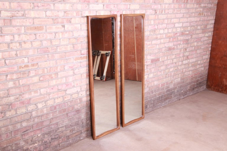 Thomasville Mid-Century Modern Sculpted Walnut Framed Tall Mirrors, Pair In Good Condition In South Bend, IN