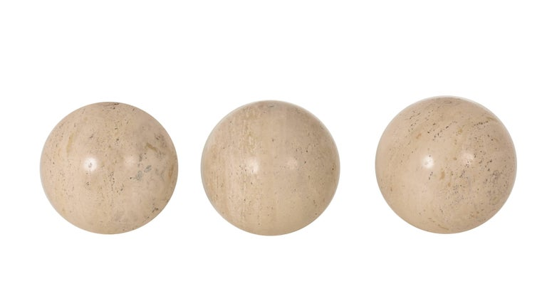 Three balls in polished travertine marble. travertine balls. Beautiful ornamental object, positioned on the ground, on a bookcase, on a table. As a bookmark, or even as a basis for a coffee table. Measures: Diameter 22 cm.