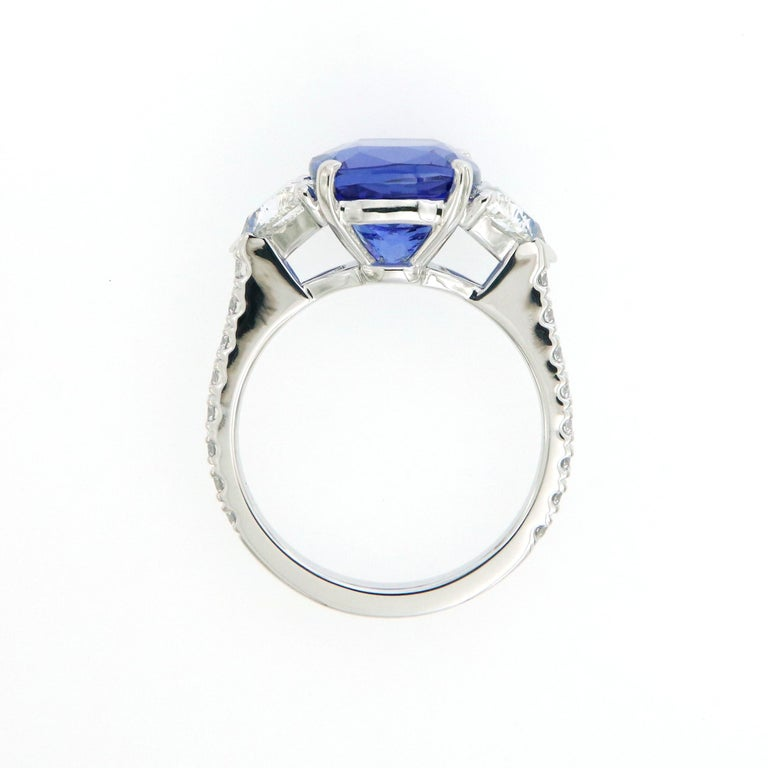 Three-Stone Ring with 3.62 Carat Tanzanite and Trillion Cut Diamonds In New Condition For Sale In Bangkok, TH