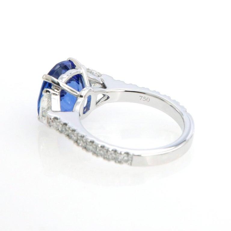 Three-Stone Ring with 3.62 Carat Tanzanite and Trillion Cut Diamonds For Sale 2
