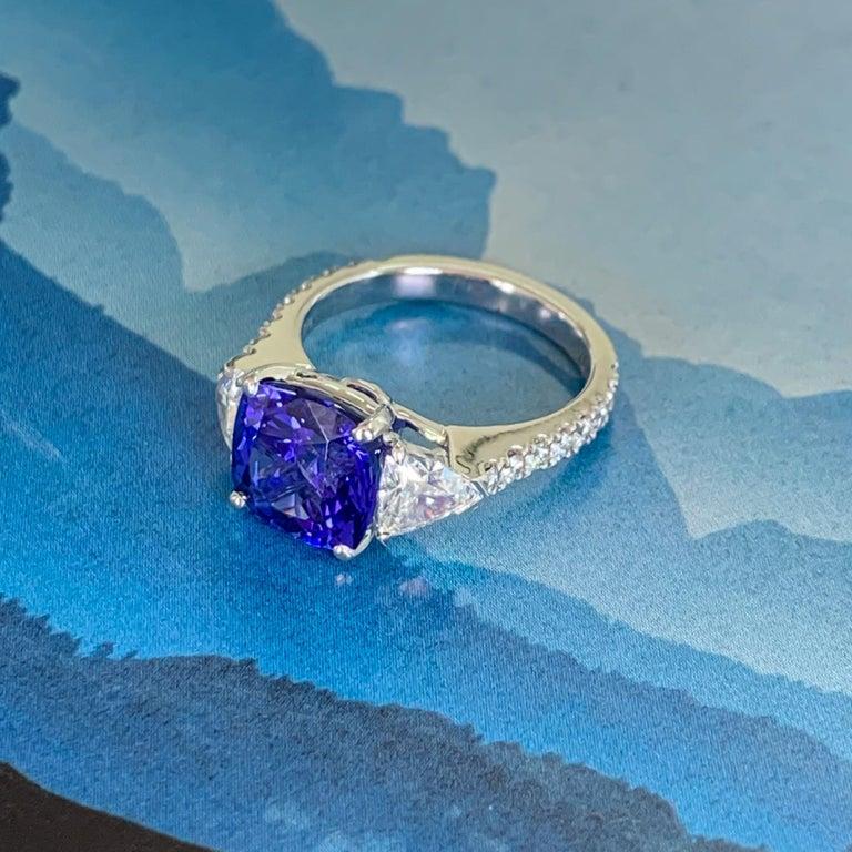 Three-Stone Ring with 3.62 Carat Tanzanite and Trillion Cut Diamonds For Sale 3