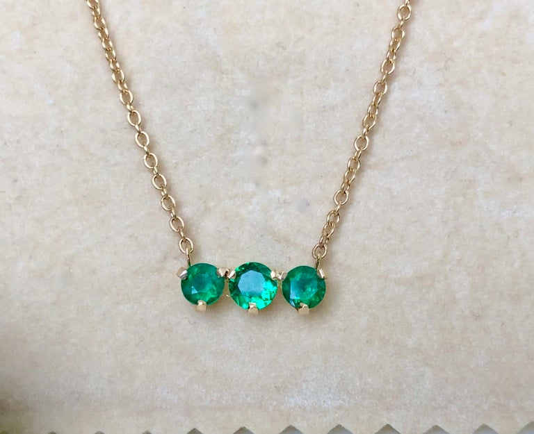 Contemporary Three-Stone Round Colombian Emerald Gold Chain Pendant Necklace For Sale