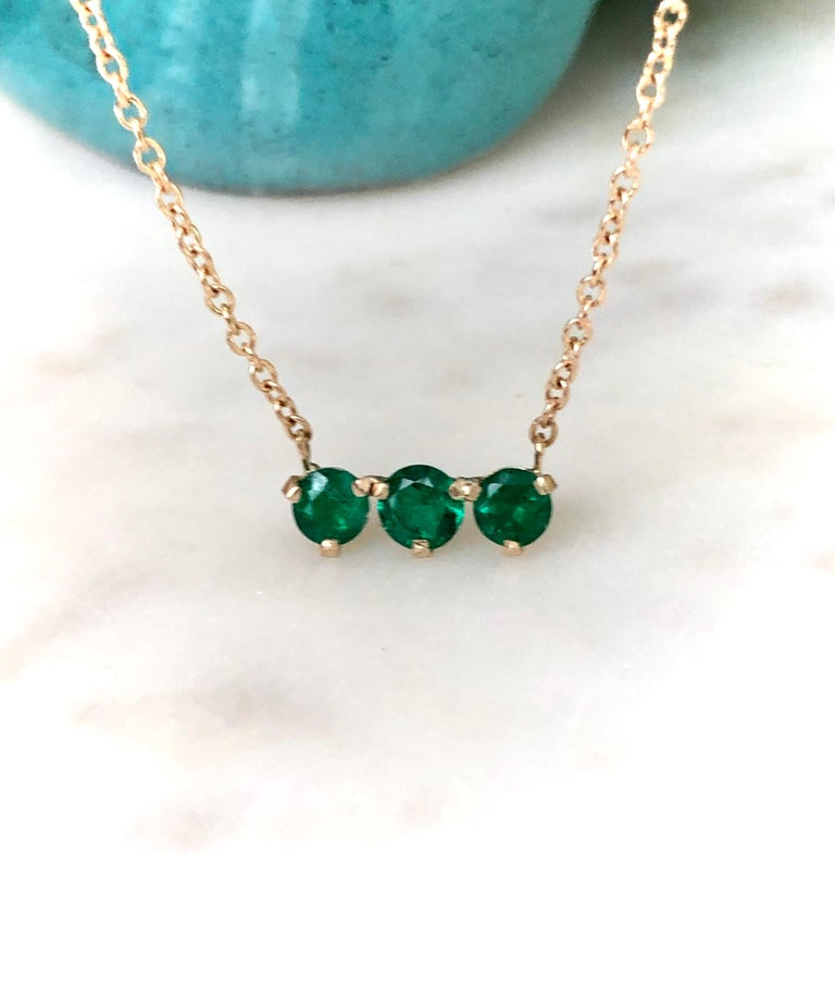 Round Cut Three-Stone Round Colombian Emerald Gold Chain Pendant Necklace For Sale