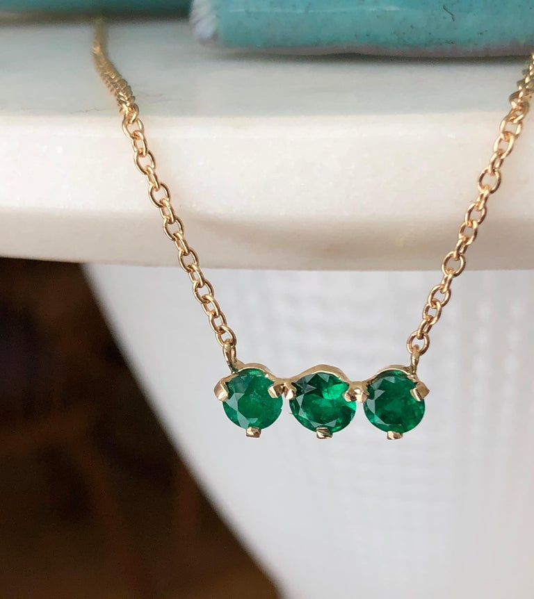 Three-Stone Round Colombian Emerald Gold Chain Pendant Necklace In Excellent Condition For Sale In Brunswick, ME