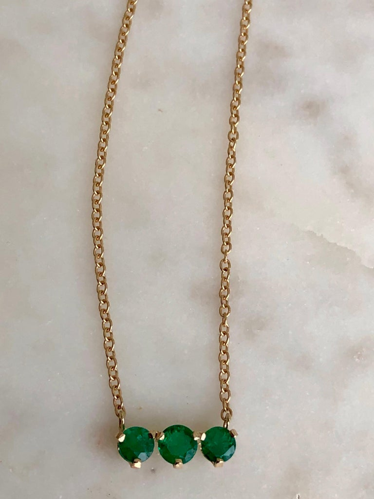 Women's Three-Stone Round Colombian Emerald Gold Chain Pendant Necklace For Sale