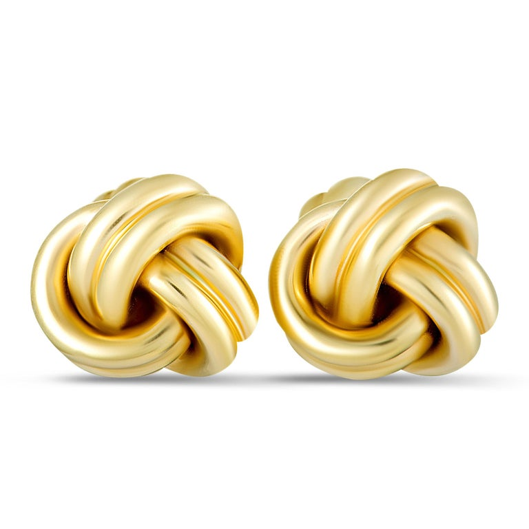 This exquisite pair of cufflinks will add a refined touch to your attires thanks to the splendidly understated design and the exceptional craftsmanship quality. The cufflinks are presented by Tiffany & Co. and the pair is made of classy 14K yellow