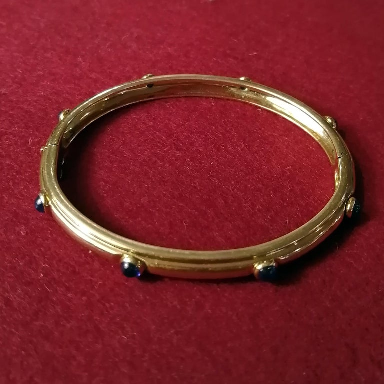 Tiffany & Co. 18-Karat Gold with Cabochon Sapphires Hinged Bangle Bracelet In Good Condition For Sale In Mexico City, MX