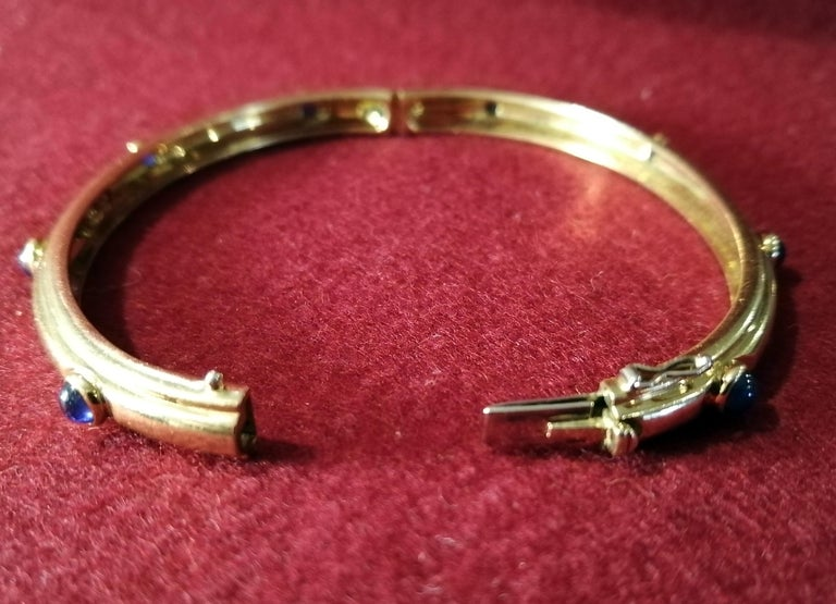 Tiffany & Co. 18-Karat Gold with Cabochon Sapphires Hinged Bangle Bracelet For Sale 1