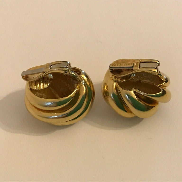 Tiffany & Co. 18k Yellow Gold Knot Motif Clip on Earrings Vintage & Rare In Excellent Condition For Sale In Beverly Hills, CA