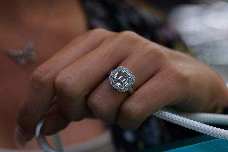 Tiffany & Co. 5.56 Carat E VS2 Cushion-Cut Diamond Legacy Platinum Ring For Sale 6