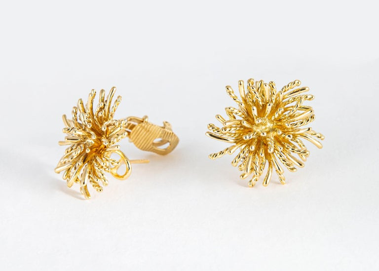 A true iconic Tiffany & Co. design. A classic wearable earring with great detail and style.  One inch in size.