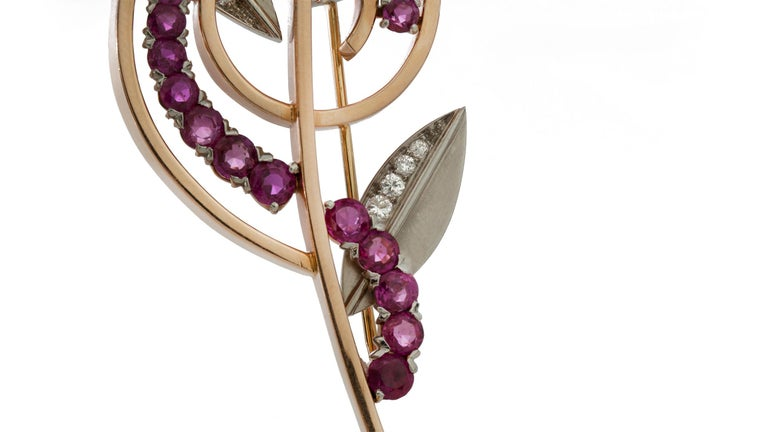 Tiffany & Co. Platinum and 14 Karat Yellow Gold Retro Ruby and Diamond Brooch In Good Condition For Sale In Braintree, GB