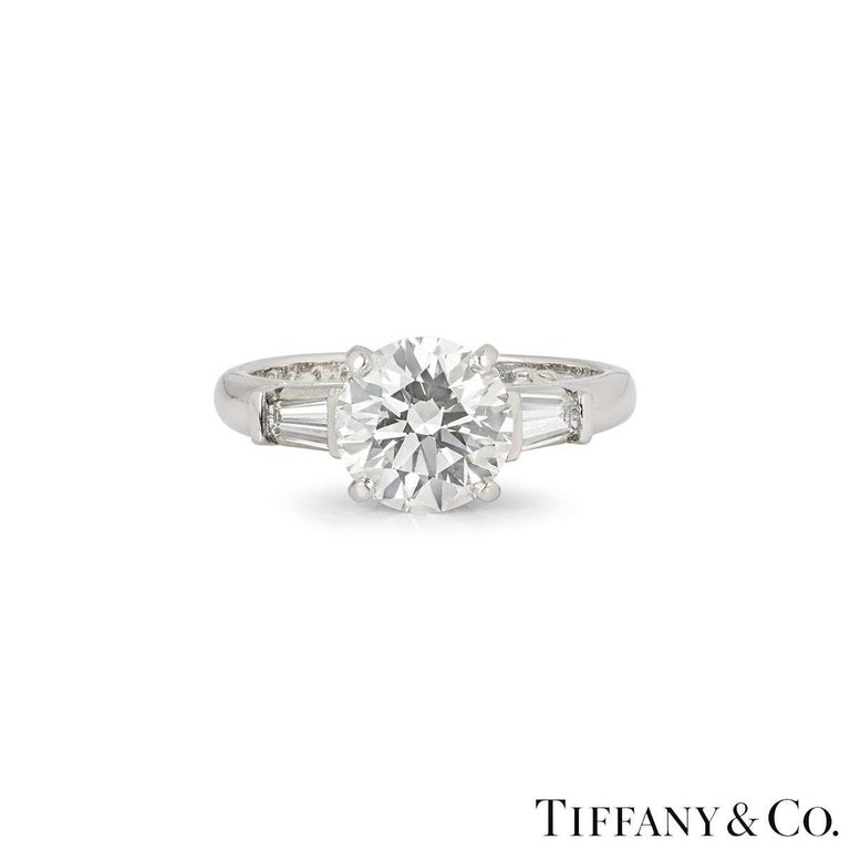 Tiffany & Co. Three-Stone Engagement Ring 2.10 Carat E/VS1 In Excellent Condition For Sale In London, GB