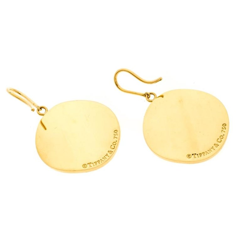 Tiffany & Co. Tiffany Notes Engraved 18k Yellow Gold Round Hook Earrings In Fair Condition For Sale In Dubai, Al Qouz 2