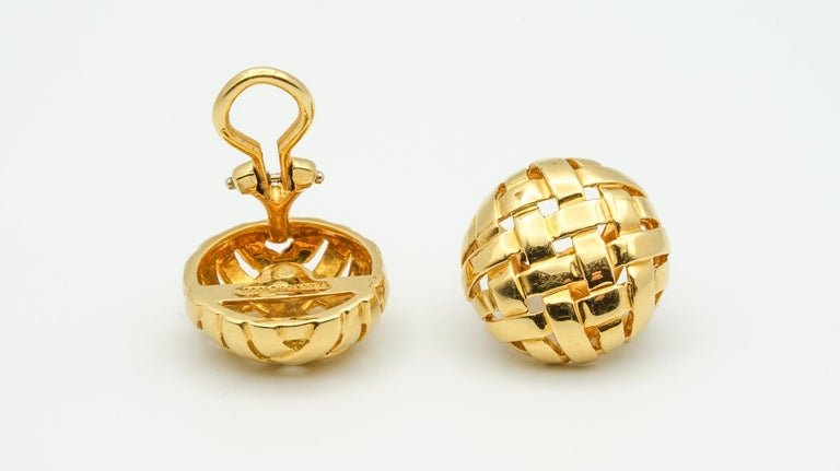 Tiffany & Co. Vannerie Basket Weave Button Ear Clips In Good Condition For Sale In New York, NY