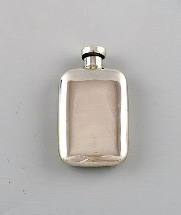 Tiffany & Company (New York). Rare art deco perfume set in sterling silver. 1930 / 40's. In very good condition. Stamped. The perfume bottle measures: 4.5 x 2.5 cm. The funnel measures: 3.3 x 2 cm.