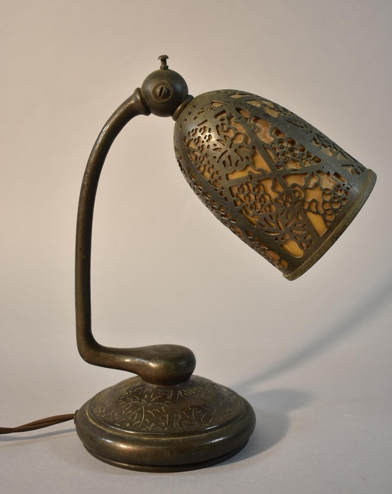 Art Nouveau Tiffany Studios #552 Bronze Slag Glass Grapevine Pattern Desk Lamp For Sale