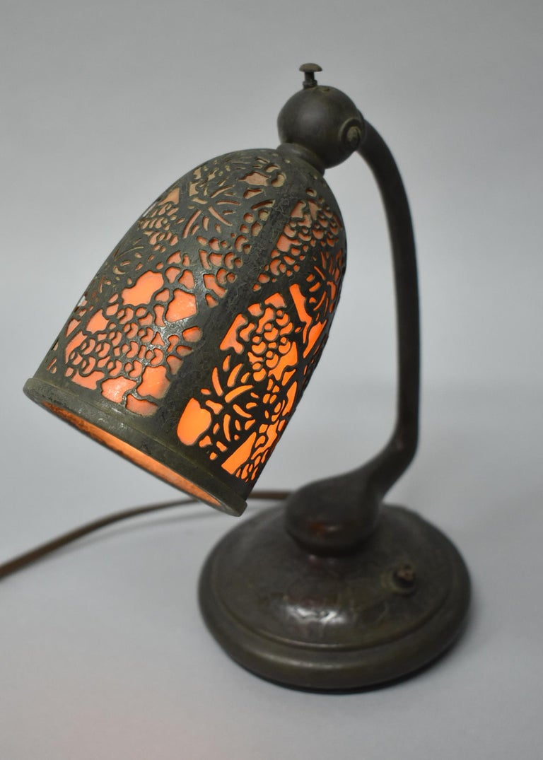 Tiffany Studios #552 Bronze Slag Glass Grapevine Pattern Desk Lamp For Sale 1