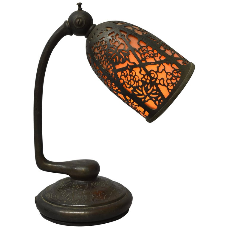 Tiffany Studios #552 Bronze Slag Glass Grapevine Pattern Desk Lamp For Sale