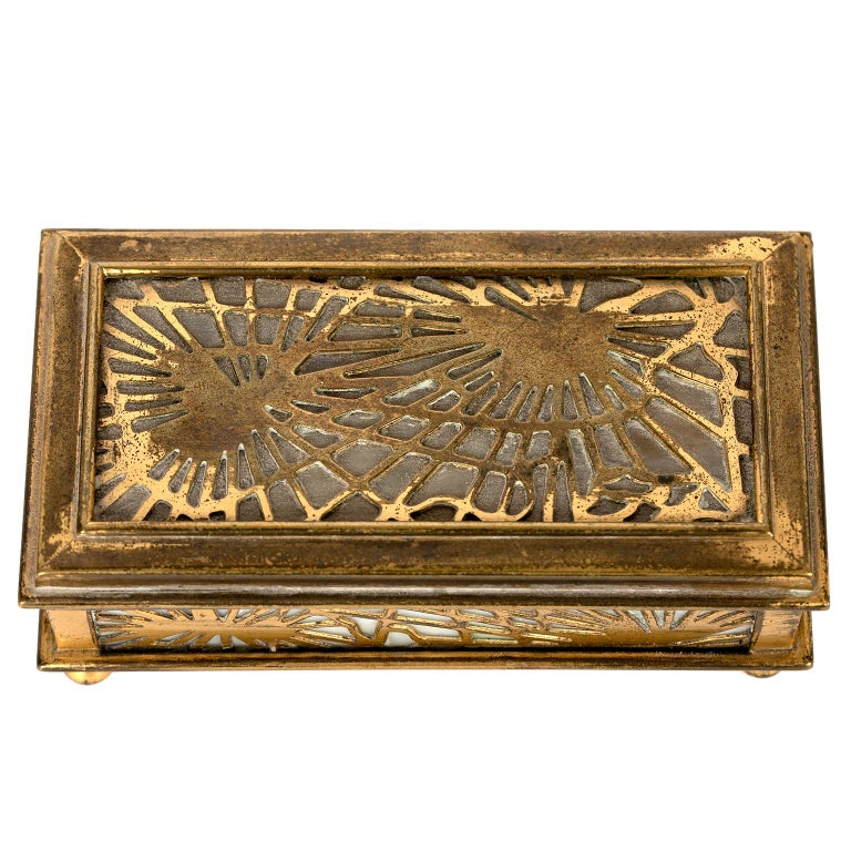 Tiffany Studios NY 801 Pine Needle Stamp Box In Good Condition For Sale In Toronto, ON