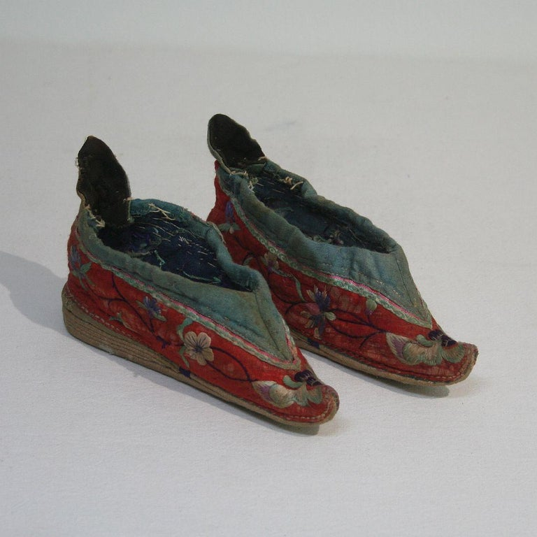 Tiny 19th Century Chinese Embroidered Women's Shoes In Good Condition In Amsterdam, NL