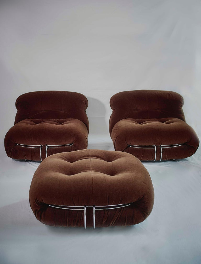 Soriana pair of lounge chairs and ottoman, in fabric and metal, design by Afra & Tobia Scarpa for Cassina 1970s. One of this easy lounge chairs could be transformed into an even more comfortable chaise longue, just by placing the ottoman in front