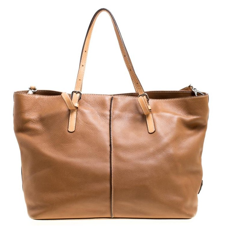 An absolute delight, this Grande shopping tote is a Tod's creation. Crafted from leather, the bag features a brown shade, two shoulder handles and a canvas interior sized perfectly to hold your essentials. This shopper tote is a