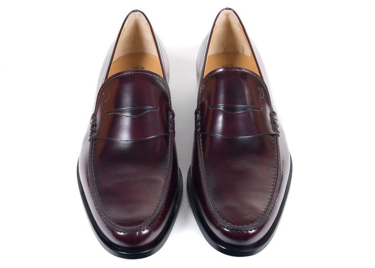 Tod's Men's Classic Burgundy Leather Penny Loafers In New Never_worn Condition For Sale In Brooklyn, NY