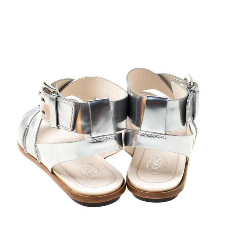 Tod's Metallic Silver Leather Cross Strap Flat Sandals Size 38.5 In New Condition For Sale In Dubai, Al Qouz 2