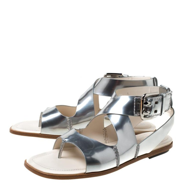 Tod's Metallic Silver Leather Cross Strap Flat Sandals Size 38.5 For Sale 3