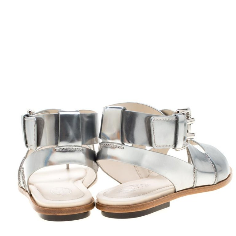 Tod's Metallic Silver Leather Flat Sandals Size 38.5 In New Condition For Sale In Dubai, Al Qouz 2