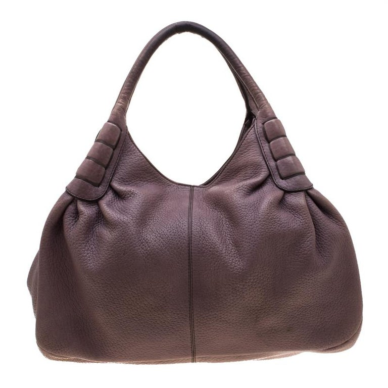 This Ivy Sacca Media hobo by Tod's is brought to you with love. On its leather body, there are neat details running in perfect symmetry, two shapely handles on top, and a spacious fabric interior. You will be delighted to have it as