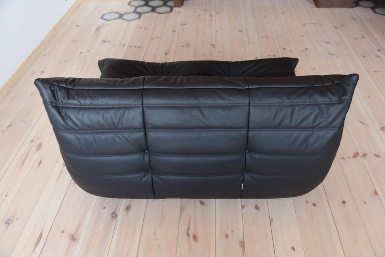 Togo 2-Seat Sofa in Black Leather by Michel Ducaroy for Ligne Roset In Excellent Condition For Sale In Berlin, DE