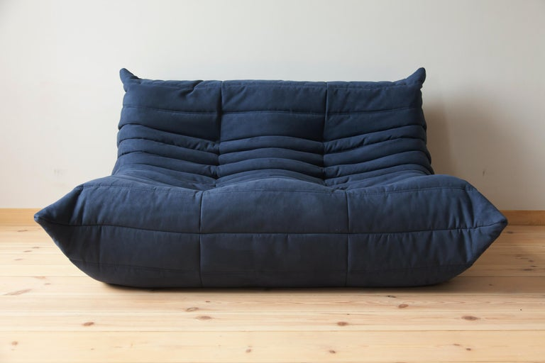 This Togo two-seat couch was designed by Michel Ducaroy in the 1970s and was manufactured by Ligne Roset in France. It has been reupholstered in new dark blue microfibre (131 x 102 x 70 cm). It has the original Ligne Roset logo and genuine Ligne