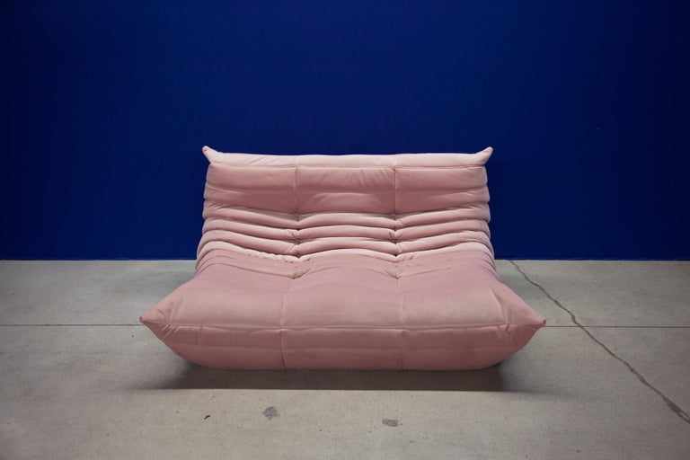 This two-seat Togo couch was designed by Michel Ducaroy in 1973 and was manufactured by Ligne Roset in France. It has been reupholstered in new pink velvet (131 x 102 x 70 cm). It has the original Ligne Roset logo and genuine Ligne Roset bottom.