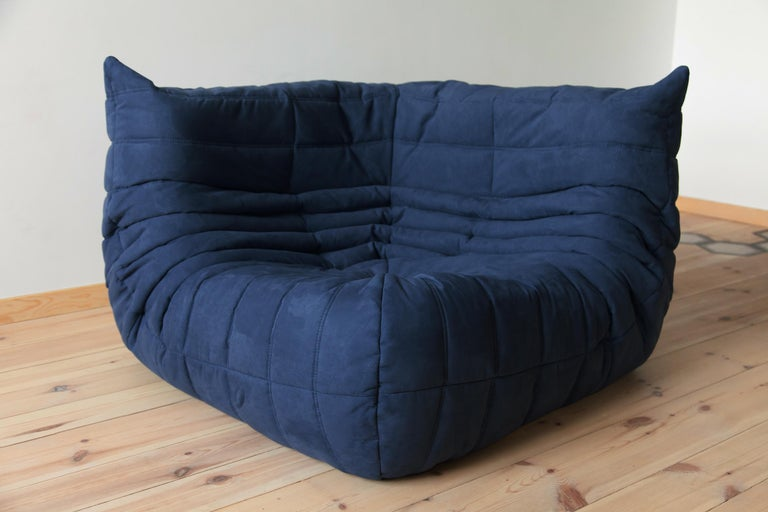 This Togo corner couch was designed by Michel Ducaroy in 1973 and was manufactured by Ligne Roset in France. It has been reupholstered in new dark blue microfibre (102 x 102 x 70 cm). It has the original Ligne Roset logo and genuine Ligne Roset