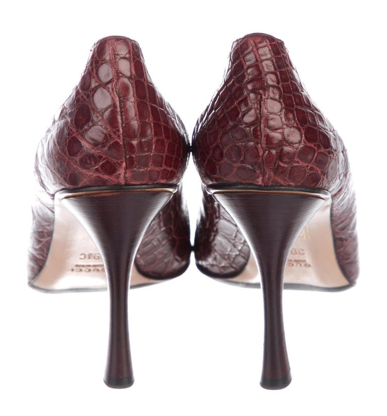 Tom Ford for Gucci F/W 2002 Collection Alligator Wine Color Shoes Pumps 39.5 C In New Condition For Sale In Montgomery, TX