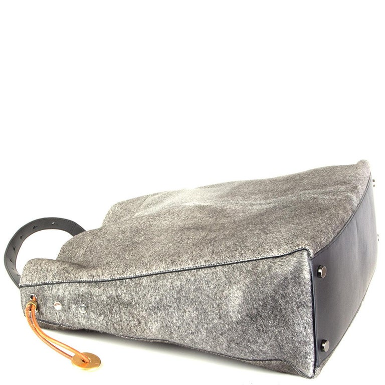 TOM FORD grey calf hair FISHERMAN HOOK HOBO Shoulder Bag In Excellent Condition For Sale In Zürich, CH