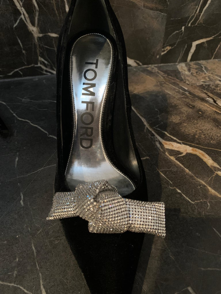 Women's TOM FORD NBW Black Velvet Pumps with Crystal Bow Size 40  For Sale