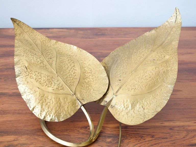 Sculptural brass table lamp featuring two leaf motifs and two light sources. Designed by Tommaso Barbi and made in Italy in the 1970s. European plug.