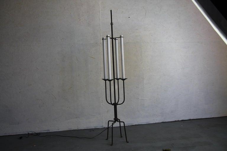 Wonderful vintage Tommi Parzinger floor lamp. In great vintage condition.