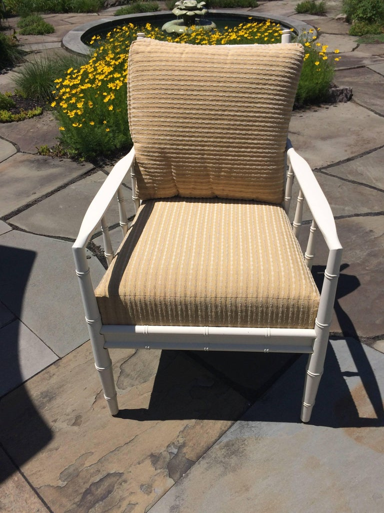 Top Drawer Round Bistro Patio Table and Four Plush Armchairs In Excellent Condition For Sale In Hopewell, NJ