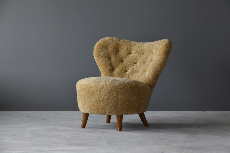 An early Swedish modernist lounge chair / slipper chair produced by O. Bernströms Möbelfabrik, retailed by A-B Robert Ditzinger, Sweden, design attributed to Tor Wolfenstein. Labeled, circa 1940.  Organic form further enhanced by new authentic