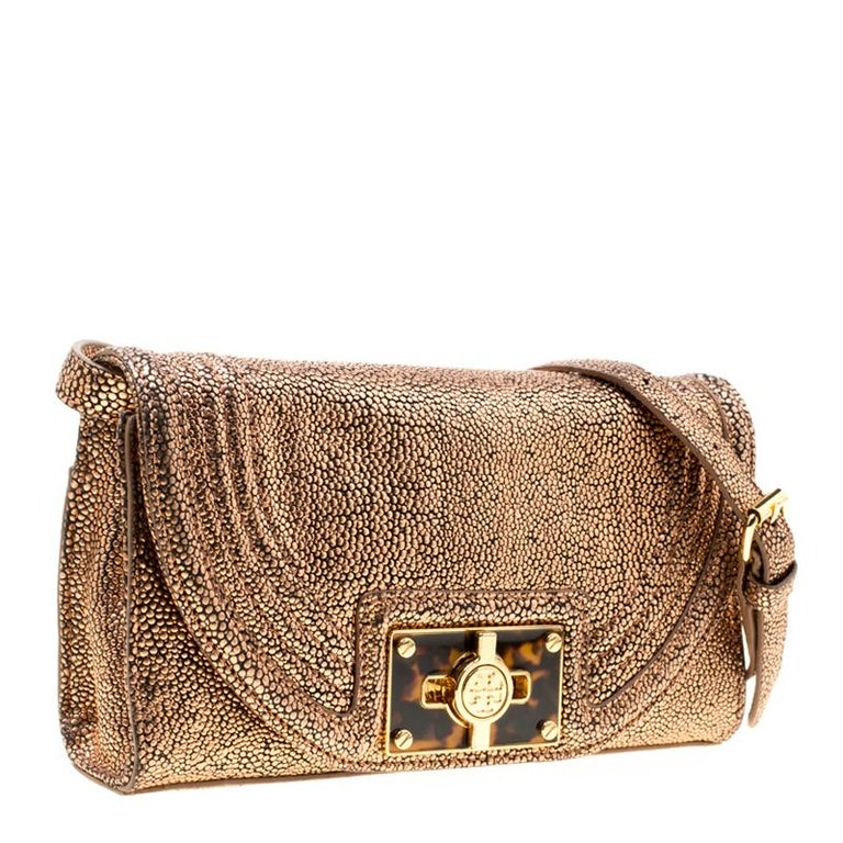 Tory Burch Rose Gold Textured Leather Clutch In Good Condition For Sale In Dubai, Al Qouz 2