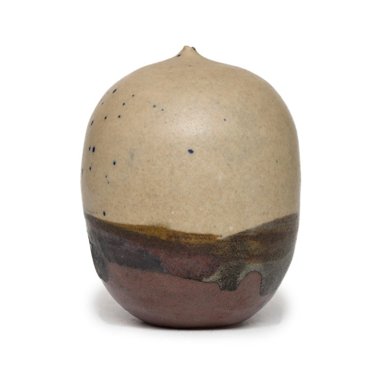 Small Moon Pot - Sculpture by Toshiko Takaezu