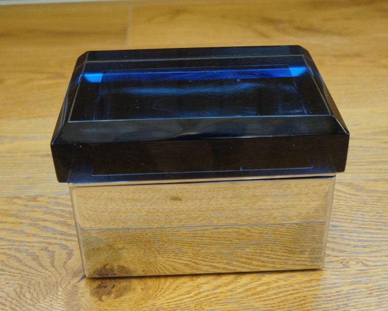 These boxes are a beautiful invention of the master glassmaker Toso Murano who designed them in 1982.  They can be used as jewelry boxes, and they are beautiful thanks to the reflections they create with ground glass. Available in two solutions,
