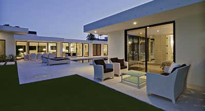 Modern Patio and Deck. Rancho Mirage Residence  by Martin Kobus Inc..