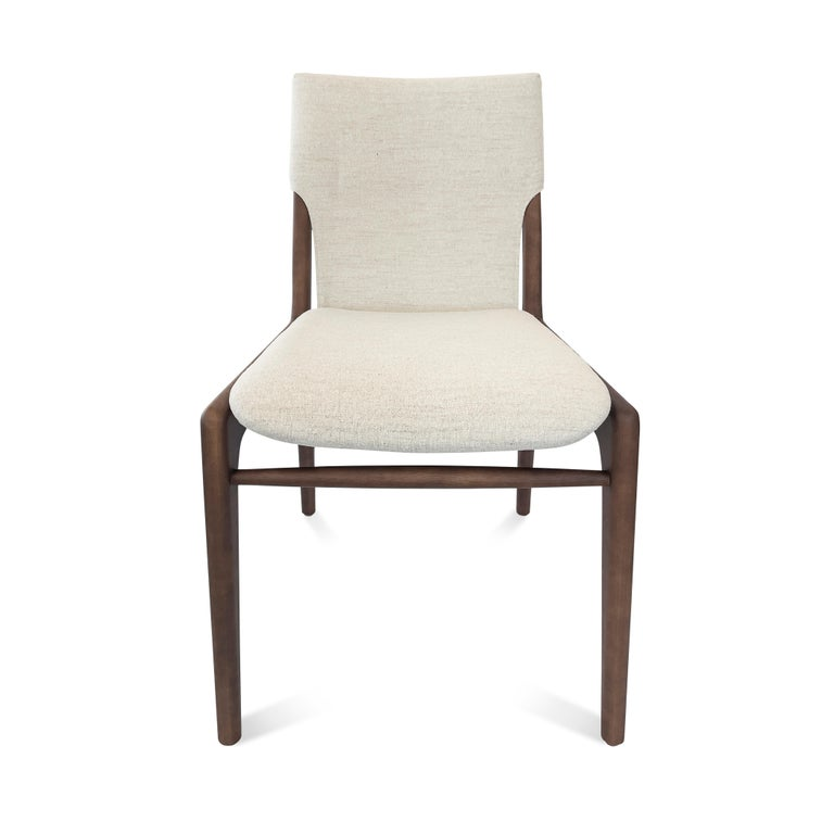 Legendary Uultis designer Mr. Sergio Batista's creations are synonymous with style, elegance, comfort and quality. With the tress chair, Mr. Batista has combined all of these qualities together with a single thread in the backrest.