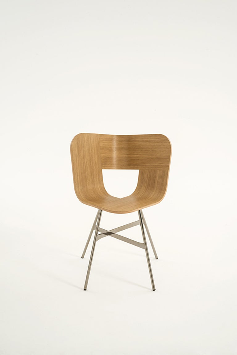 Tria Chair, Oakwood Shell, Black Metal Legs, Solid Minimalist Design Icon In New Condition For Sale In Milan, Lombardy