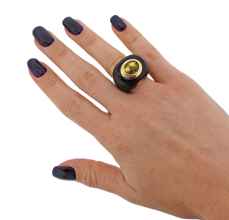 Trianon 10.50 Carat Yellow Sapphire Onyx Gold Ring For Sale 1